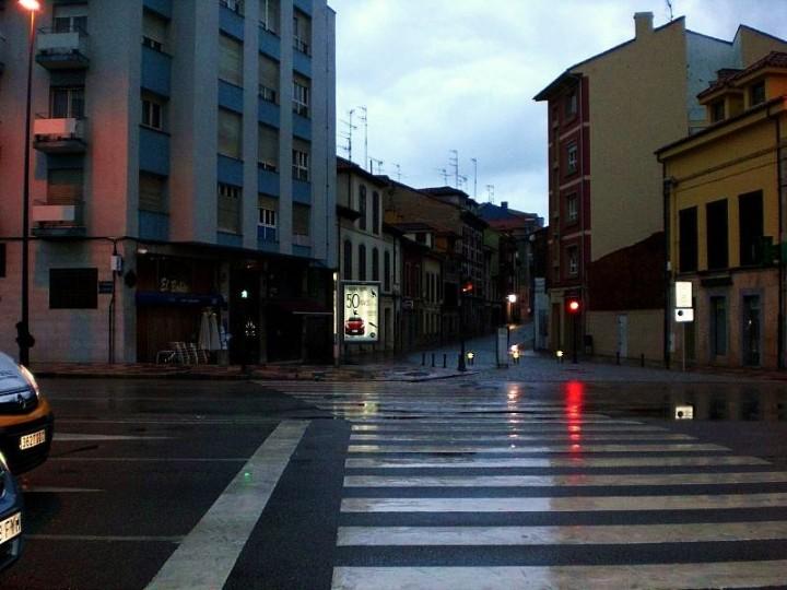 5-a-punto-de-cruzar-hacia-la-calle-de-rivero-en-aviles