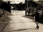 50-peregrino-en-busca-de-la-senda-que-conduce-a-la-carretera-de-raices
